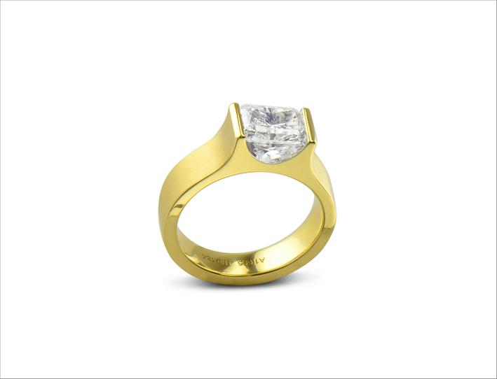 Anello in oro giallo 18 carati con diamante taglio radiant