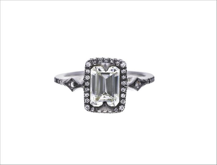 Anello in platino con diamante taglio smeraldo