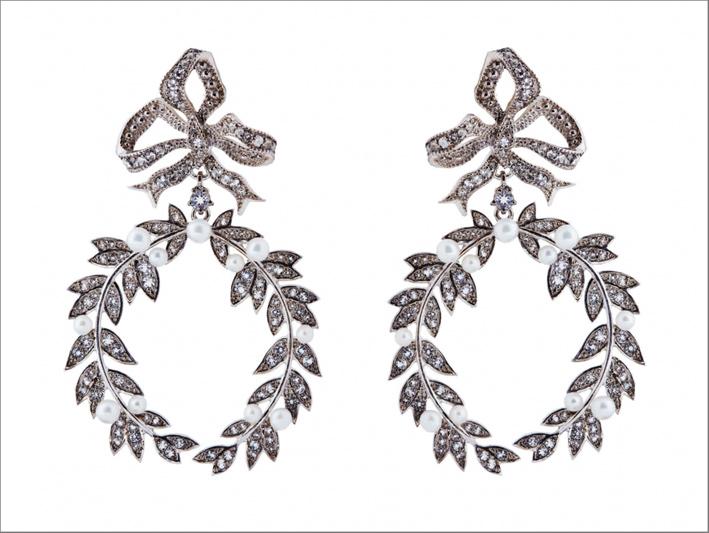 Collezione Guerra e Pace. Orecchini in argento, topazi incolori, perle
