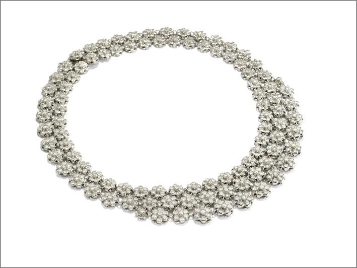 Girocollo in diamanti in oro bianco, formato da corolle di fiori a scalare con incastonati diamanti taglio brillante di 31,36 carati