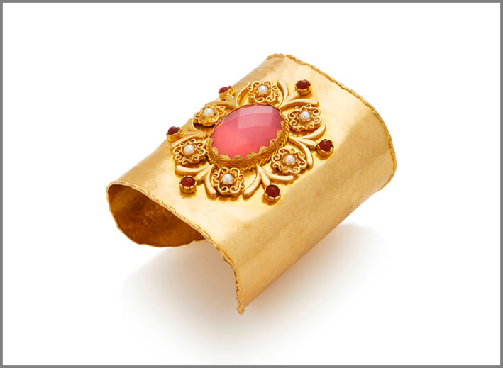 Bracciale con avventurina rosa, perle su ottone dorato
