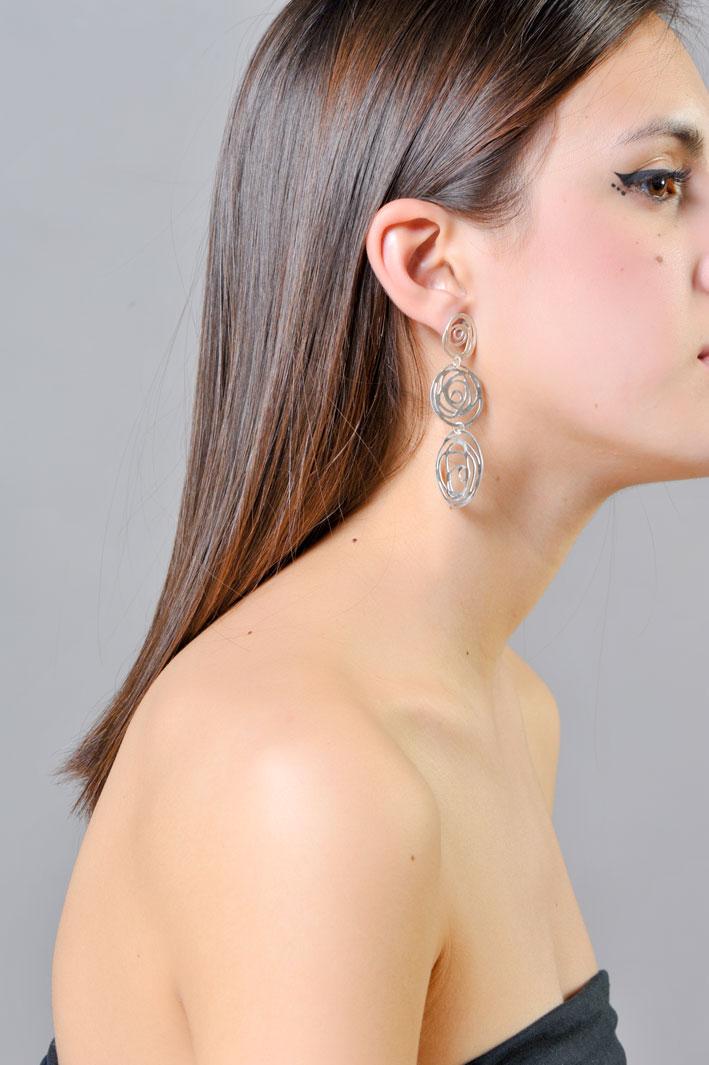 Orecchini in argento della collezione Rosa indossati