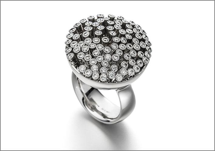 Anello Swing. È ispirato alle spighe di un campo di grano. In platino 950 con 85 diamanti mobili