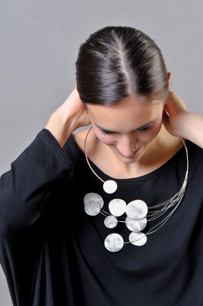 Collana in argento della collezione Taormina indossata