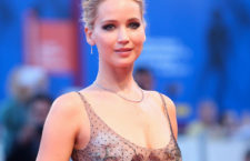 In occasione del red carpet del film 'mother!' di Darren Aronofsky,  la protagonista Jennifer Lawrence ha indossato gioielli in platino con diamanti Tiffany & Co.