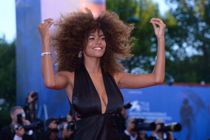 La modella e attrice Tina Kunakey ha indossato gioielli in platino e diamanti Tiffany & Co.