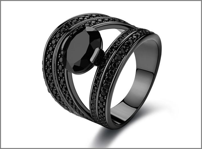 Anello in argento, galvanica oro nero, 157 spinelli neri. Prezzo: 178 euro