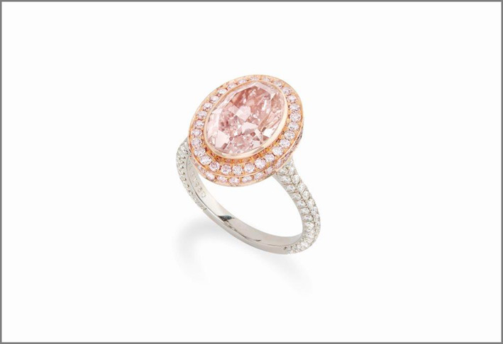 Anello con diamante  fancy light pink, ha 3,66 carati, purezza IF