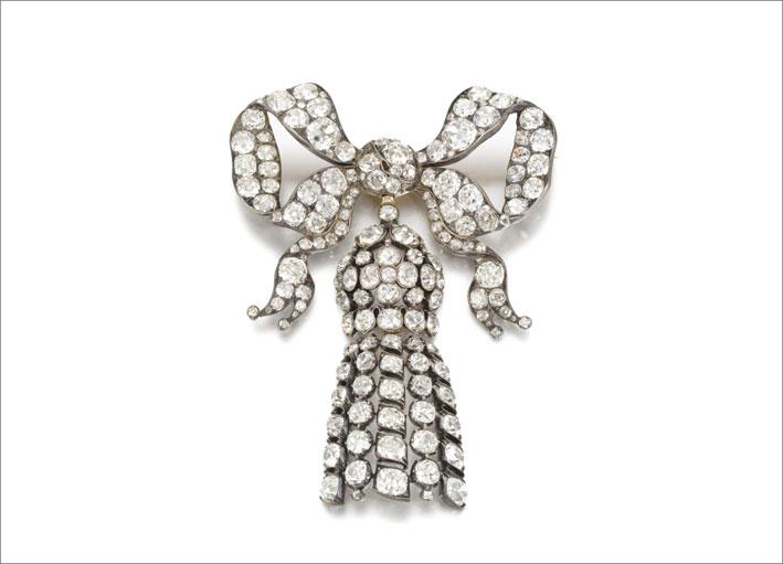 Spilla a forma di fiocco con diamanti