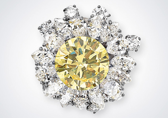 Clip con diamante fancy intense yellow di 4,66 carati