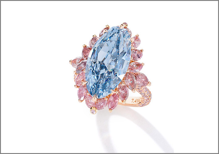 In asta da Sotheby's anche questo anello di diamanti Superb Fancy Vivid Blue, Moussaieff, con peso di 7.41 carati, Interno Flawless