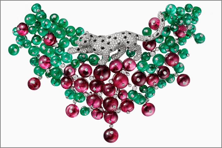 Collier della collezione Rèsonances di Cartier, con smeraldi e rubelliti