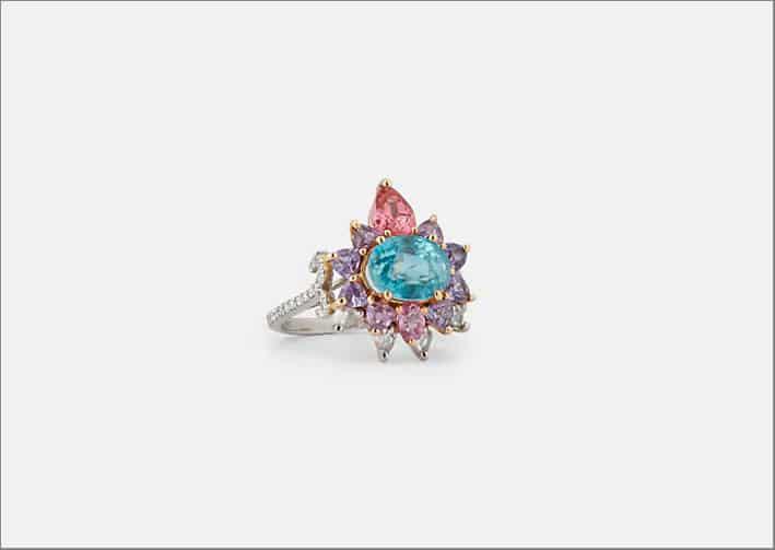 Anello con zircone blu ovale, zaffiri rosa e viola, spinelli