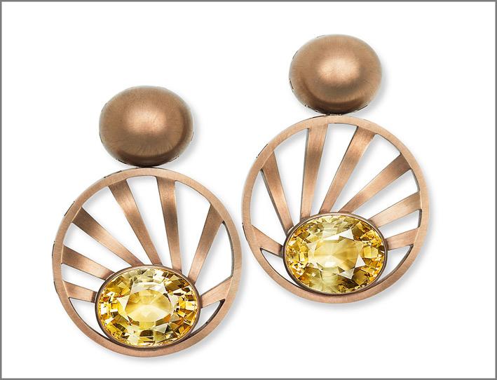 Hemmerle, orecchini in bronzo e oro con zaffiri gialli