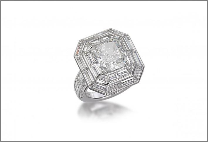 Anello in platino con diamanti baguette e diamante taglio cuscino