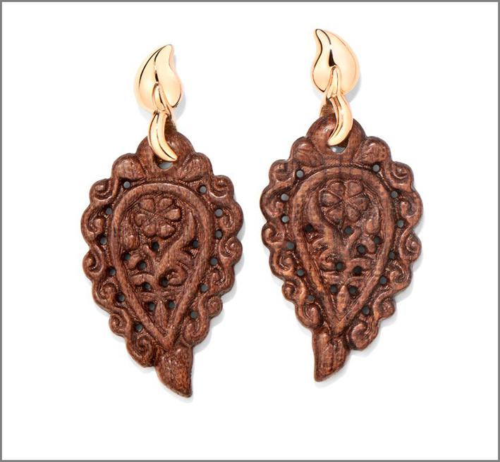 Collezione India, orecchini in oro e snakewood. Prezzo: 1490 euro