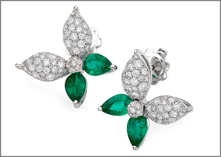Orecchini in oro bianco, diamanti e smeraldi