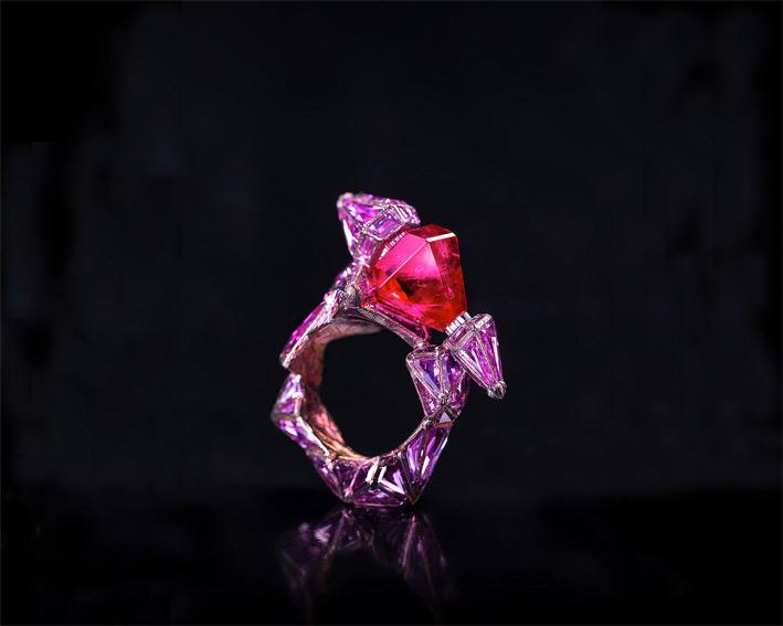 Wallace Chan, anello in titanio con rubino a forma di esagono e zaffiri rosa