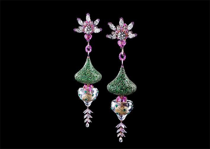 Wallace Chan, orecchini in titanio con diamanti bianchi e gialli, tsavoriti, granati, smeraldi