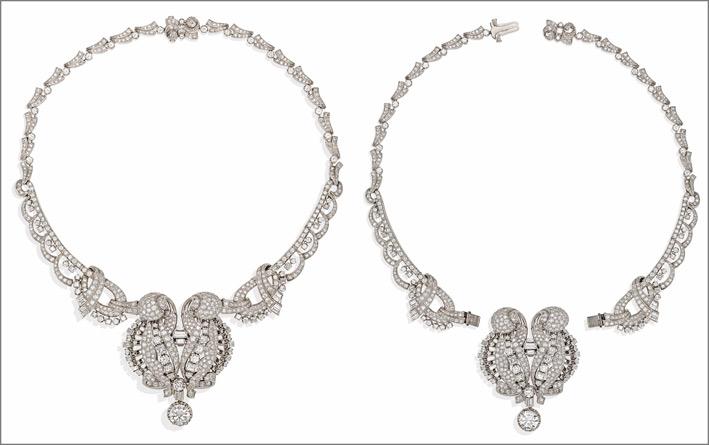 Collier stile Art Déco in platino con diamanti taglio brillante di per un totale di 25 carati, con diamante centrale pendente, trasformabile in una spilla nelle due versioni,