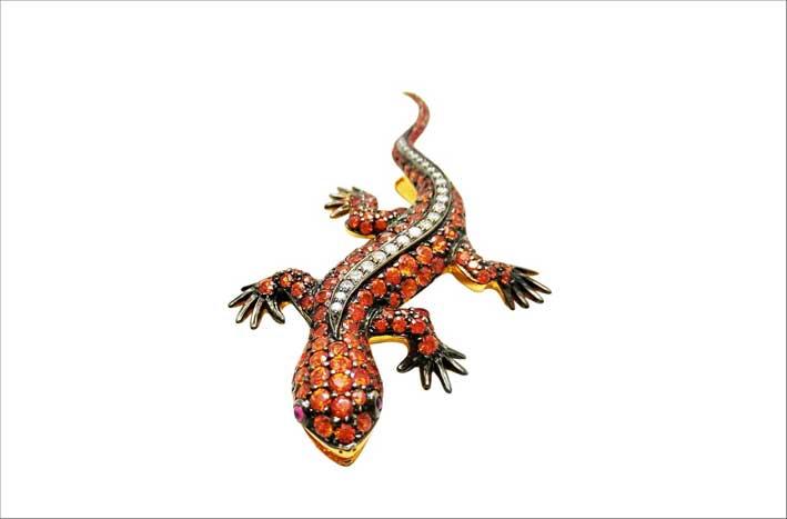 Spilla a forma di geko con zaffiri di diversi colori e diamanti
