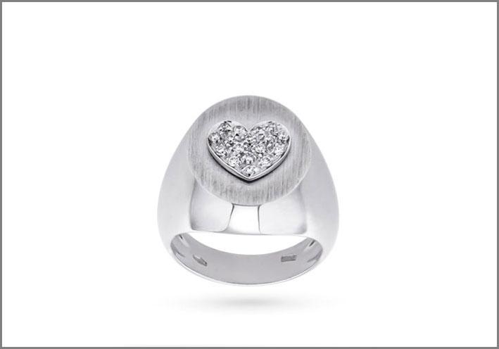 Oro Trend, anello in oro bianco con cuore in diamanti. Prezzo: 1300 euro
