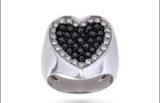 Oro Trend, anello in oro bianco con cuore in diamanti neri e bianchi. Prezzo: 2050 euro