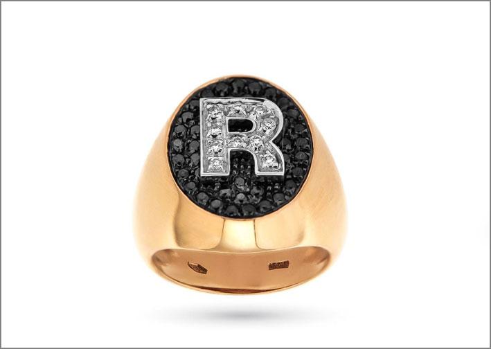 Anello in oro giallo con diamanti neri e bianchi. Prezzo: 1660 euro