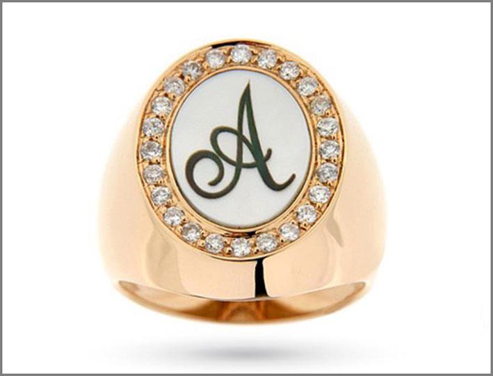 Anello in oro giallo con diamanti bianchi e madreperla. Prezzo: 2000 euro