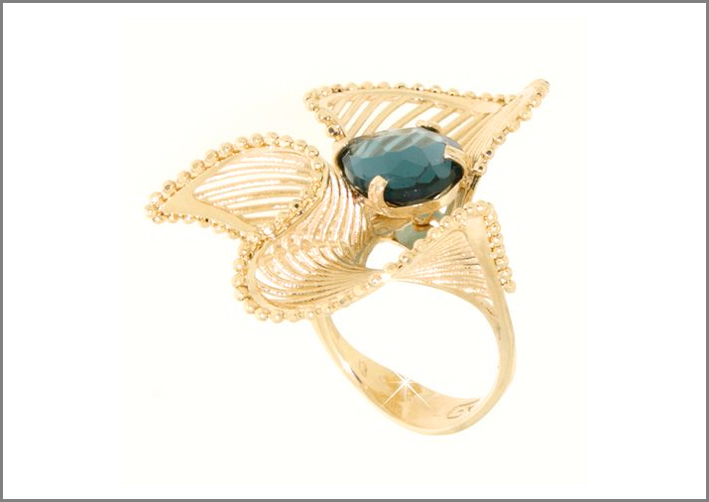 Anello in oro 14 carati con topazio. Prezzo: 710 euro