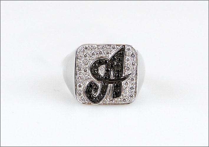 Anello chevalier in oro bianco e diamanti bianchi e neri. Prezzo: 1520 euro