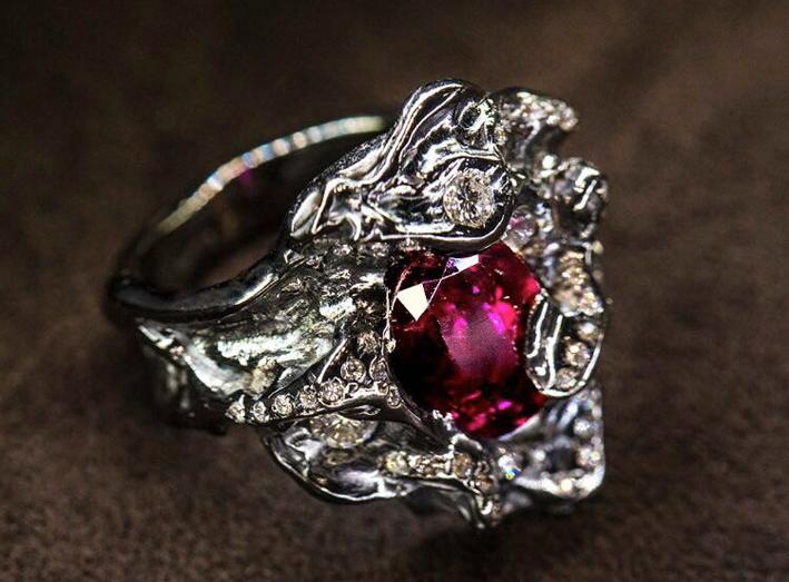 Anello in oro bianco, diamanti e rubino
