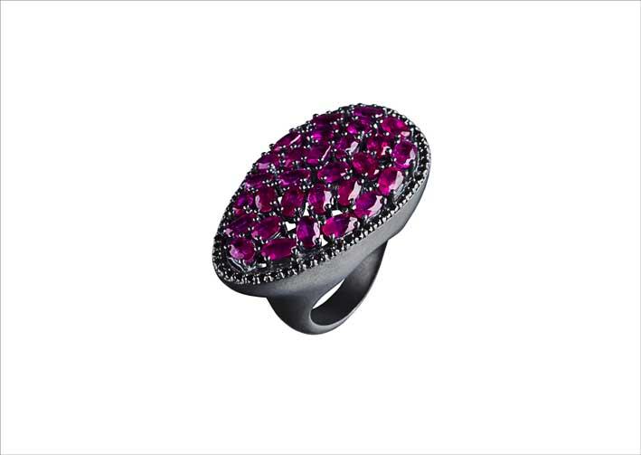 Anello ovale in argento annerito con rubini e diamanti neri