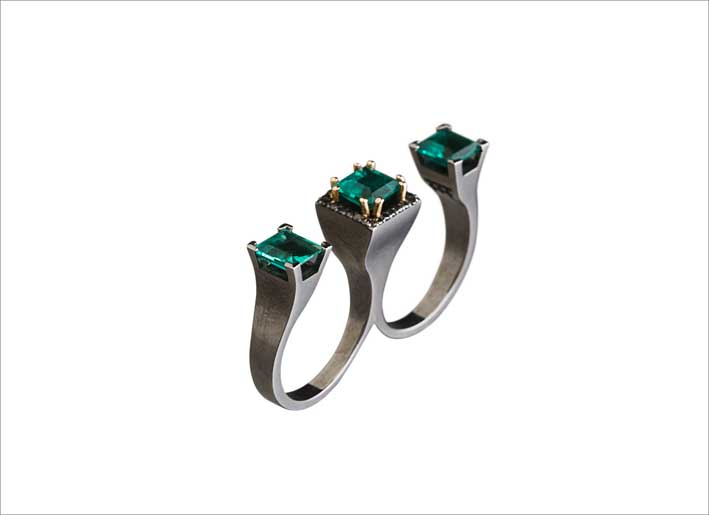 Anello triplo in oro nero, diamanti neri e smeraldi
