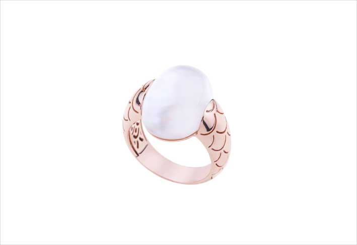Anello Embrace in oro rosa e madre perla