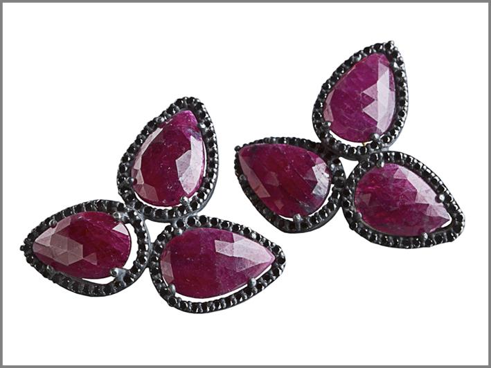Orecchini in argento, diamanti, radici di rubino. Prezzo: 950 euro