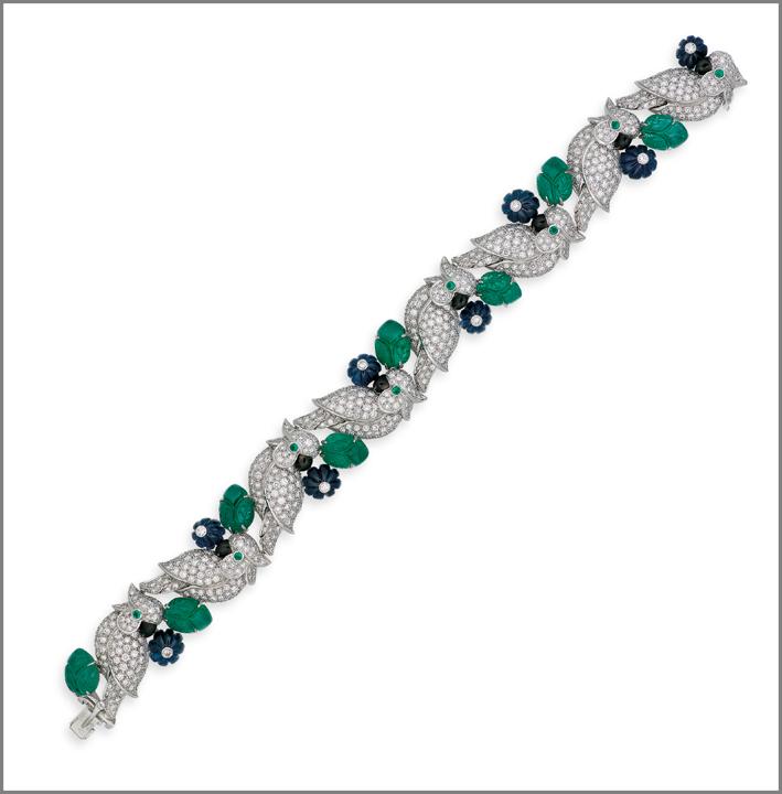 Bracciale con diamanti, smeraldi e zaffiri Les Oiseaux Liberes, di Cartier