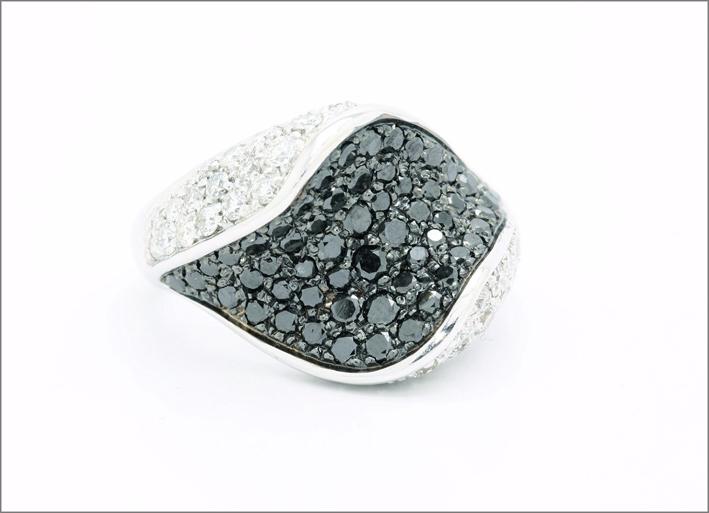 Anello in oro bianco con diamanti neri e bianchi