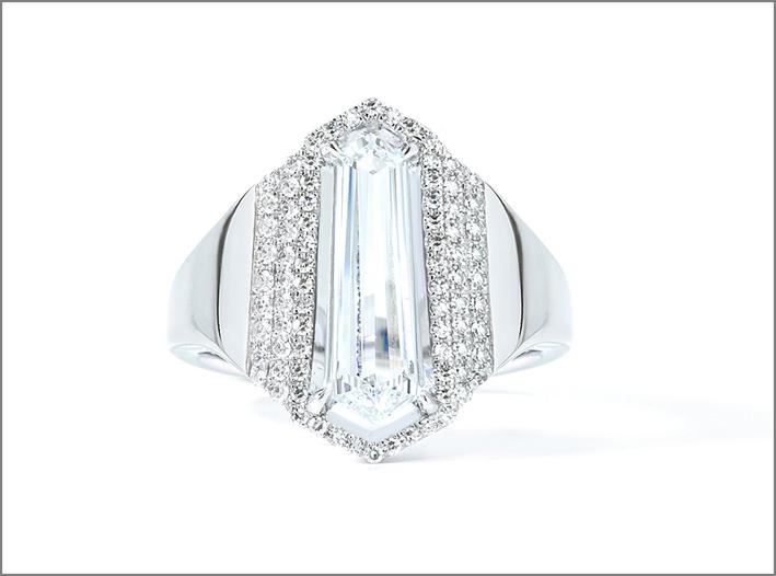 Anello con diamante baguette e pavé di diamanti