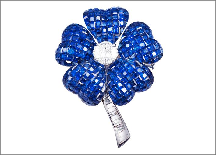 Spilla a fiore con zaffiri. Prezzo: 15.800 euro