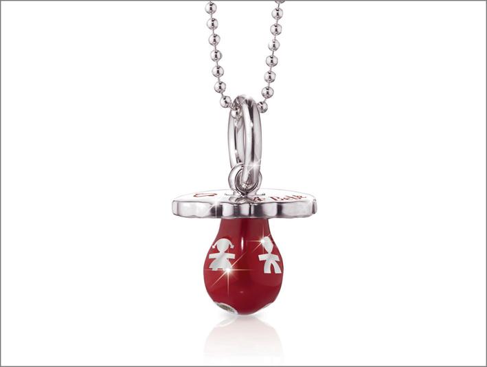 Ciondolo a forma di ciuccio in argento 925, con smalto colorato rosso, cuori traforati e catena in argento regolabile. Prezzo: 148 euro