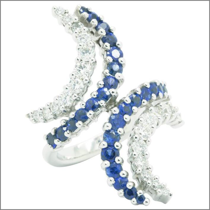 Orecchini con diamanti e zaffiri blu. Prezzo: 3514 euro