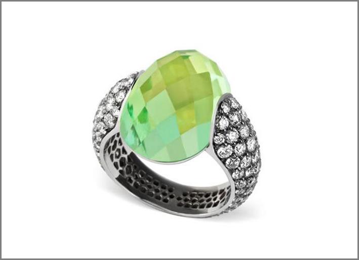 Anello con pavé diamanti e una tormalina verde