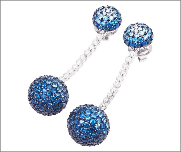 Orecchini con sfere, diamanti e zaffiri. Prezzo: 3.800 euro