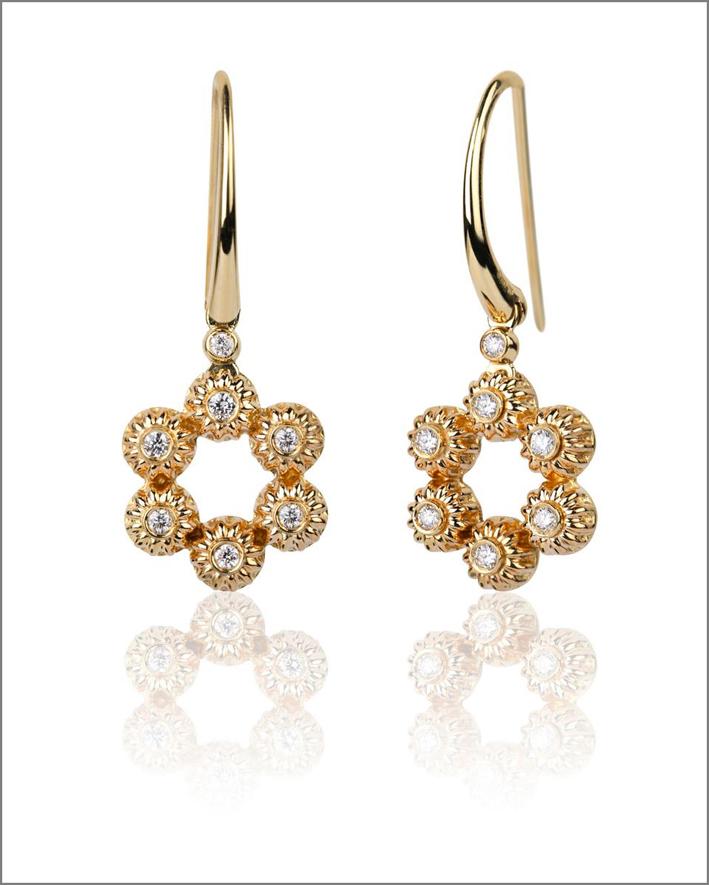 Orecchini in oro e diamanti a forma di fiore