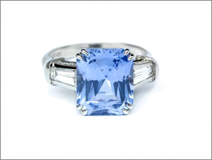 Anello con zaffiro taglio smeraldo di 7,33 carati su platino