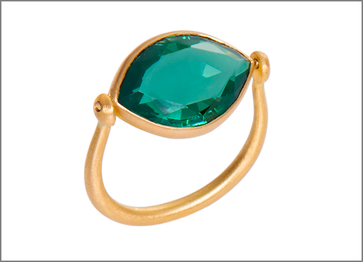Anello in oro con smeraldo taglio navette