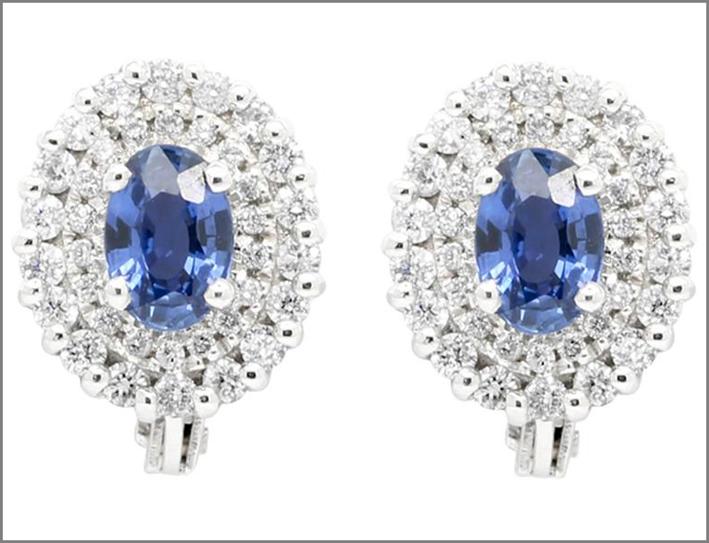Orecchini in oro bianco, diamanti, zaffiri. Prezzo: 2240 euro