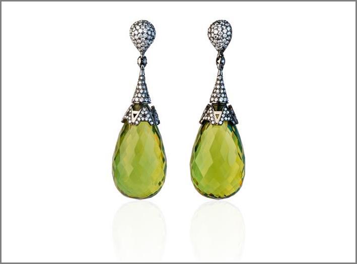 Orecchini in oro bianco con diamanti e ambra verde