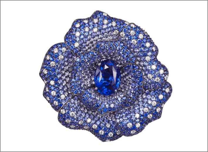 Anello con fiore, mystery setting di zaffiri e zaffiro cabochon dello Sry Lanka al centro. Prezzo: 80.000 euro